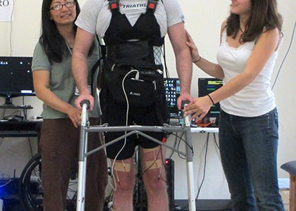 UCI-paralyzed-man-wallks-using-bci-muscle-stimulation